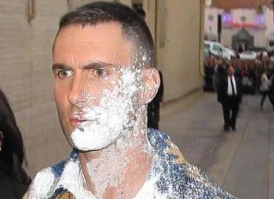Maroon 5: Agreden a Adam Levine con bomba (de azúcar)