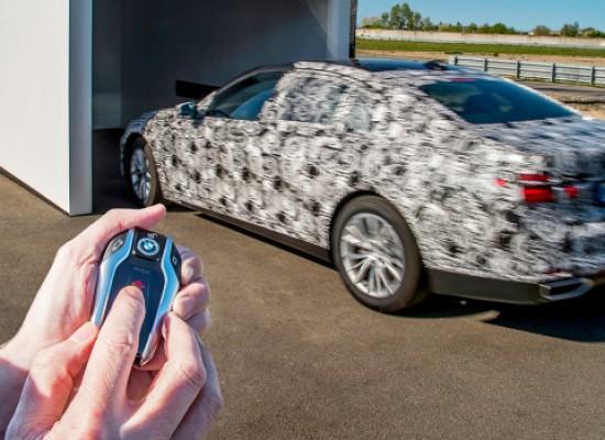 Nuevo BMW Serie 7 no necesita conductor para estacionarse.