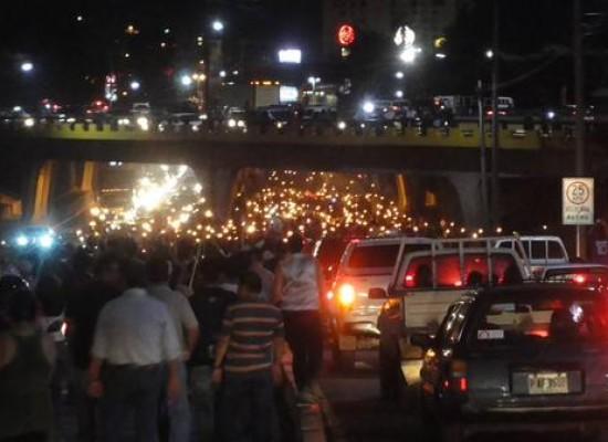 Multitudinaria marcha exige renuncia del presidente de Honduras