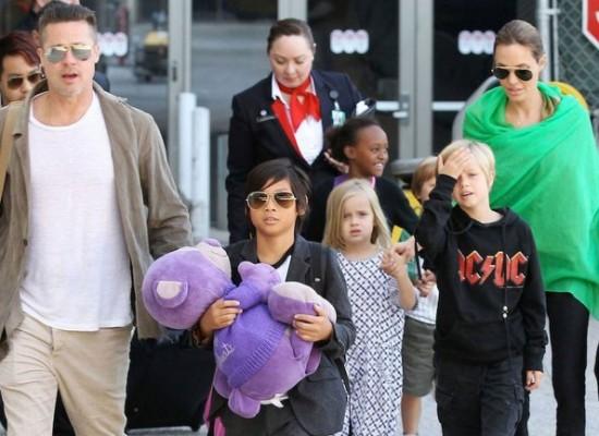 Angelia Jolie y Brad Pitt junto a sus hijos viajan en clase turista