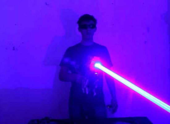 """Joven crea una """"escopeta láser"""" casera y la pone en demonstración en Internet"""