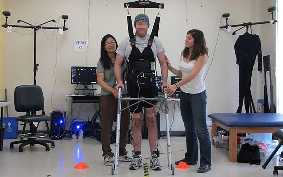 paralyzed-man-walks-2015-09-24-02