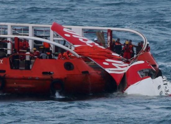 Recuperan la sección de cola del avión de AirAsia sin cajas negras