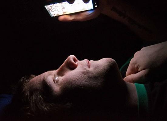 Riesgos de dormir con el celular encendido