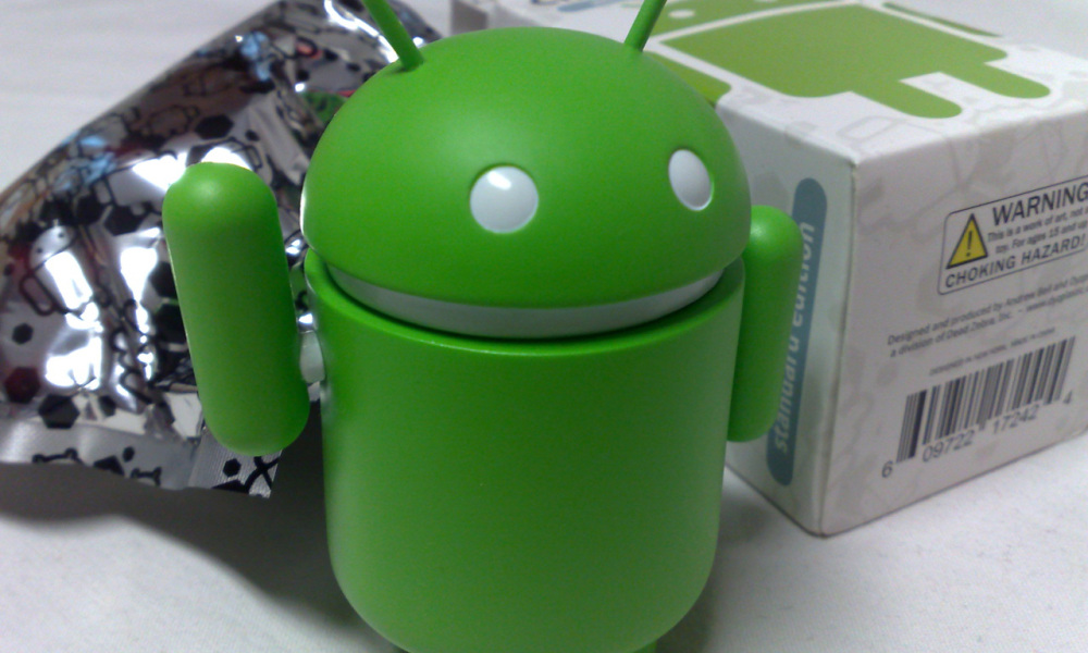 Android_green_figure_next_to_its_original_packaging